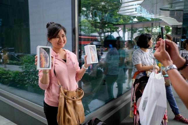 Apple Store thành 'chợ trời' mua bán iPhone XS của người Việt ảnh 6