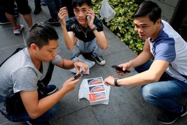 Apple Store thành 'chợ trời' mua bán iPhone XS của người Việt ảnh 7