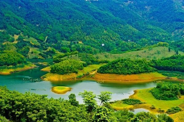 """Vịnh Hạ Long trên cạn"""" là địa danh du lịch nổi tiếng nào ở Hòa Bình?"""