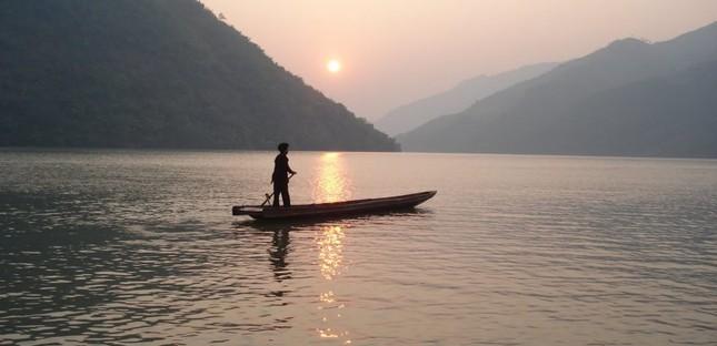 """Tập tùy bút """"Sông Đà"""" nổi tiếng, viết về cảnh sắc thiên nhiên và cuộc sống con người hai bên bờ sông Đà, của tác giả nào?"""