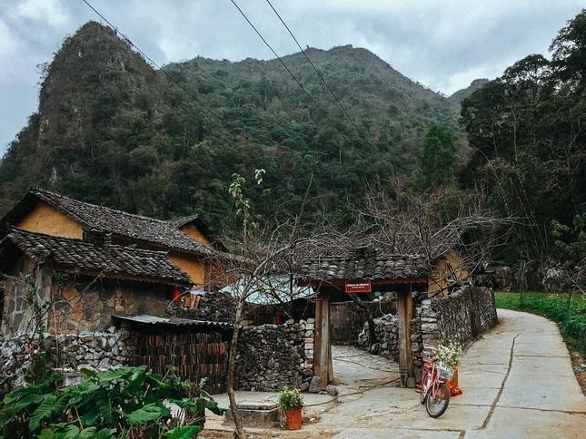 Cao nguyên Đồng Văn – Hà Giang là một cao nguyên đá trải rộng trên bốn huyện Quản Bạ, Yên Minh, Đồng Văn, Mèo Vạc. Nơi này lấy bối cảnh cho bộ phim nổi tiếng nào?