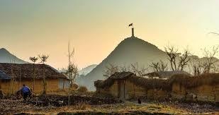 """""""Nơi cúi mặt sát đất, ngẩng mặt đụng trời"""" miêu tả địa danh nào sau đây của tỉnh Hà Giang?"""