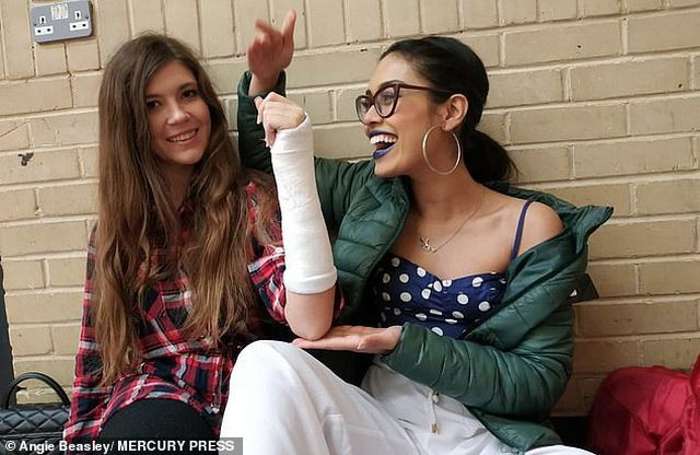 Nữ bác sĩ đi thi Miss World giải cứu cho đối thủ bị gãy xương cổ tay ảnh 1