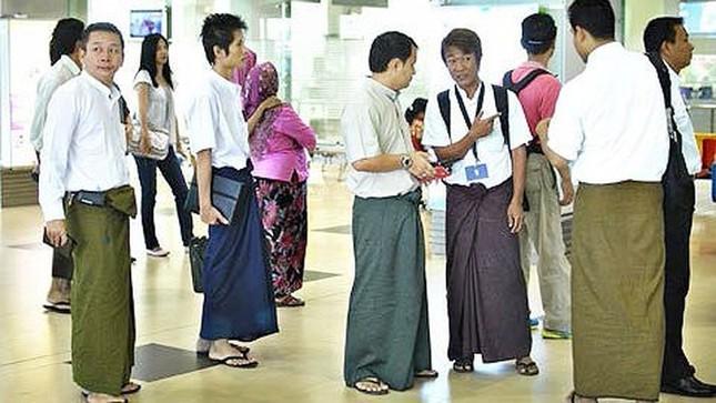 Đàn ông nước Đông Nam Á nào nổi tiếng với hình ảnh mặc váy, nhai trầu?