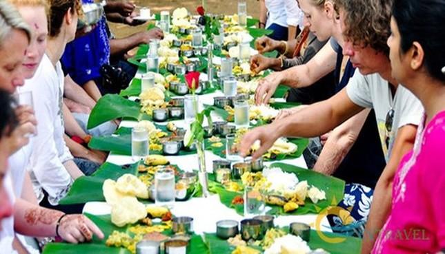 Người Myanmar dùng tay nào để ăn bốc?