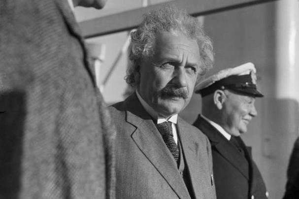Einstein xây dựng thuyết tương đối bắt đầu từ việc hình dung về cảnh tượng nào?