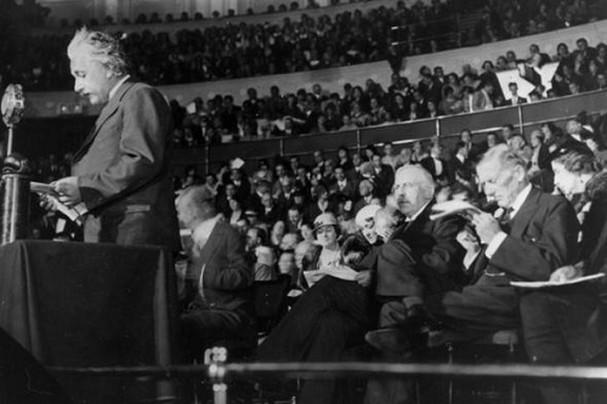 Dù là dân Do Thái, gia đình Einstein không theo Do Thái giáo, đúng hay sai?
