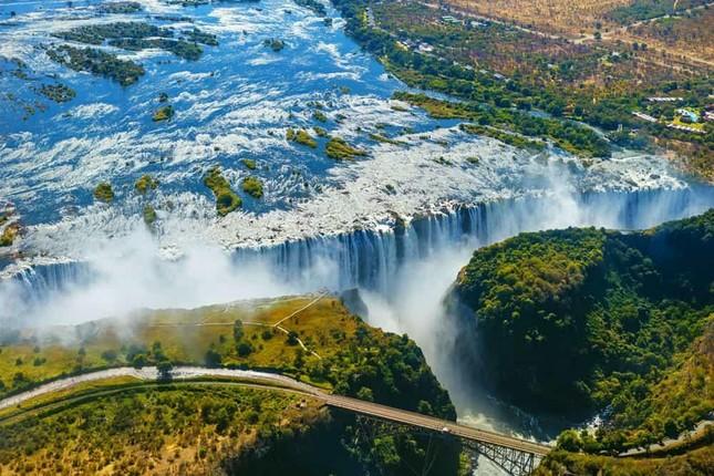 Thác nước nào được coi là rộng nhất thế giới và được UNESCO công nhận là di sản thiên nhiên thế giới?