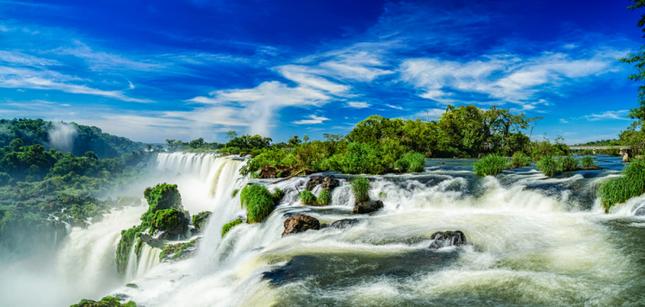 Thác nước nào lớn nhất thế giới nằm trên đường biên giới quốc gia đồng thời là thác nước duy nhất trong bảy kỳ quan thiên nhiên mới?