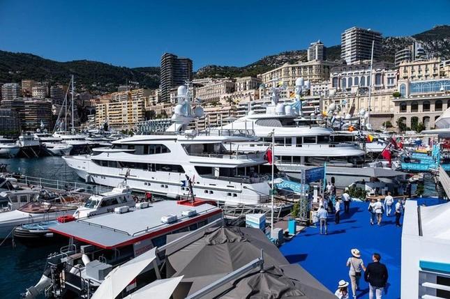 Nếu muốn tới Monaco, du khách có thể đến bằng máy bay được không?