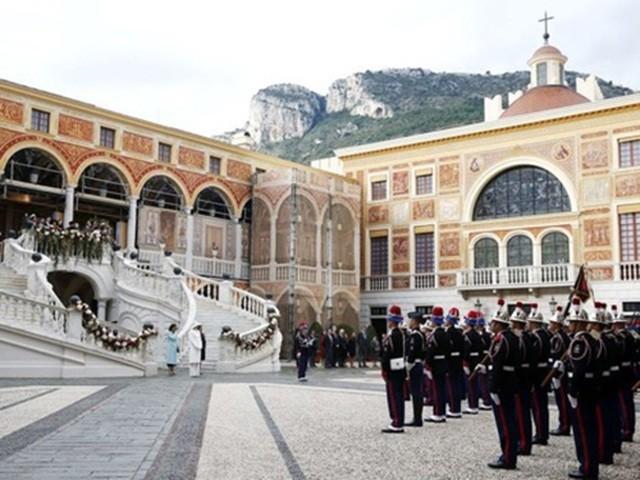 """Cái tên Monaco xuất phát từ """"Monoikos"""" trong tiếng Hy Lạp có nghĩa là?"""