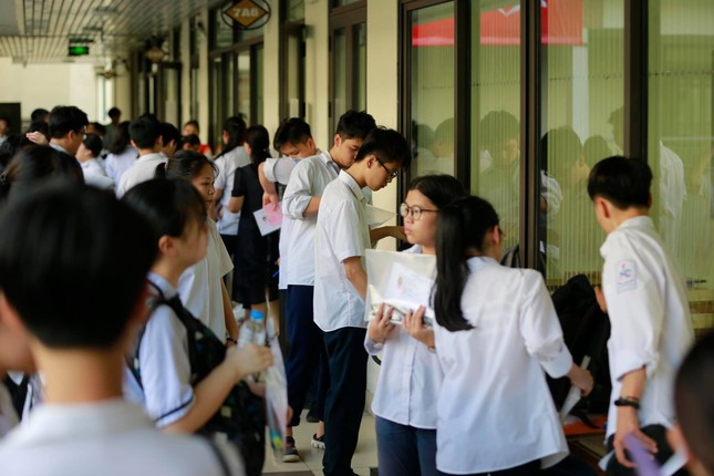 Thí sinh thi vào lớp 10 ở Hà Nội hồi hộp, miệt mài ôn bài trước giờ thi môn Ngữ Văn ảnh 10