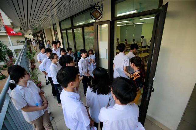 Thí sinh thi vào lớp 10 ở Hà Nội hồi hộp, miệt mài ôn bài trước giờ thi môn Ngữ Văn ảnh 9