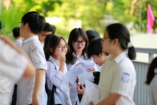 Thí sinh thi vào lớp 10 ở Hà Nội hồi hộp, miệt mài ôn bài trước giờ thi môn Ngữ Văn ảnh 2