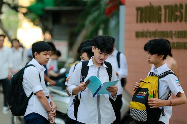 Thí sinh thi vào lớp 10 ở Hà Nội hồi hộp, miệt mài ôn bài trước giờ thi môn Ngữ Văn ảnh 5
