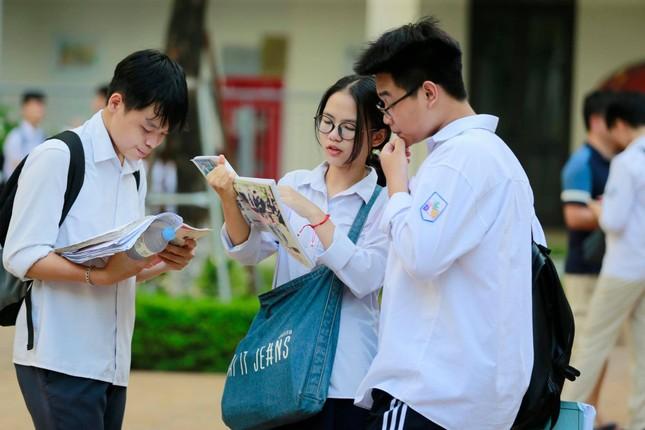 Thí sinh thi vào lớp 10 ở Hà Nội hồi hộp, miệt mài ôn bài trước giờ thi môn Ngữ Văn ảnh 3