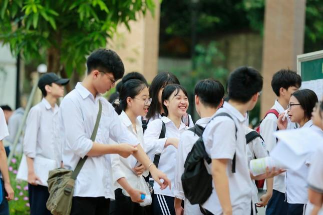 Thí sinh thi vào lớp 10 ở Hà Nội hồi hộp, miệt mài ôn bài trước giờ thi môn Ngữ Văn ảnh 4