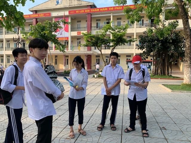 Thí sinh thi vào lớp 10 ở Hà Nội hồi hộp, miệt mài ôn bài trước giờ thi môn Ngữ Văn ảnh 6