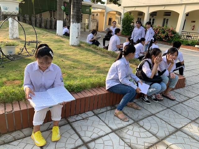 Thí sinh thi vào lớp 10 ở Hà Nội hồi hộp, miệt mài ôn bài trước giờ thi môn Ngữ Văn ảnh 7