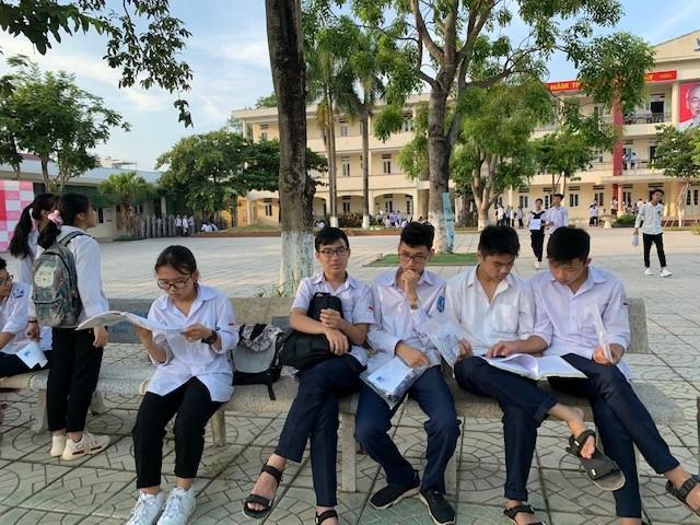 Thí sinh thi vào lớp 10 ở Hà Nội hồi hộp, miệt mài ôn bài trước giờ thi môn Ngữ Văn ảnh 8