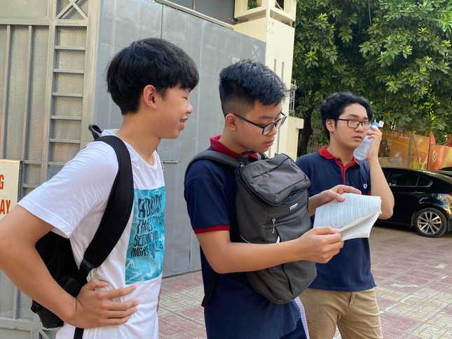 Thí sinh thi vào lớp 10 ở Hà Nội hồi hộp, miệt mài ôn bài trước giờ thi môn Ngữ Văn ảnh 1