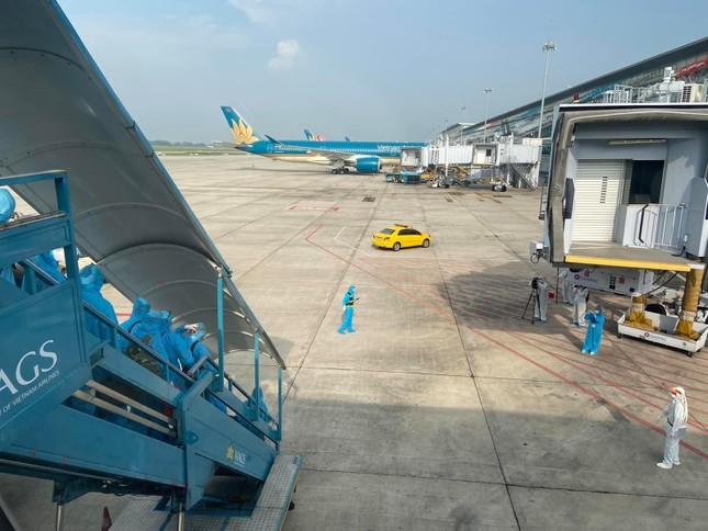 Chuyến bay đặc biệt đưa hơn 100 người mắc COVID -19 ở Guinea Xích đạo về tới Nội Bài ảnh 17