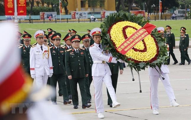 Đoàn đại biểu dự Đại hội Đảng bộ Quân đội vào Lăng viếng Bác ảnh 1