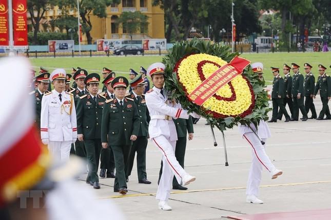 Đoàn đại biểu dự Đại hội Đảng bộ Quân đội vào Lăng viếng Bác ảnh 2