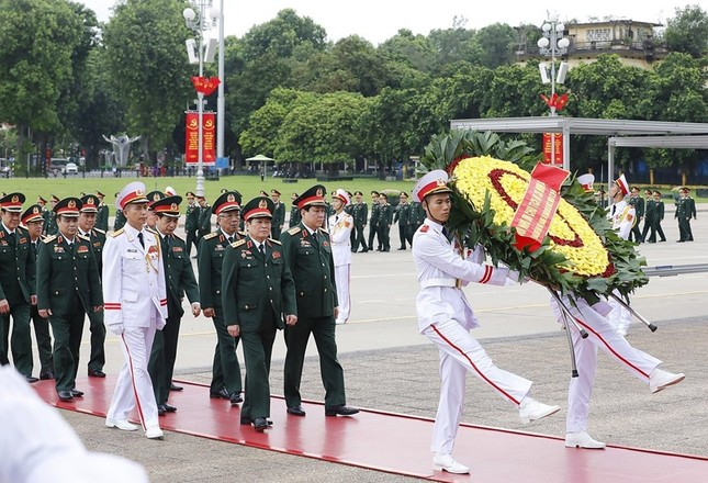 Đoàn đại biểu dự Đại hội Đảng bộ Quân đội vào Lăng viếng Bác ảnh 3