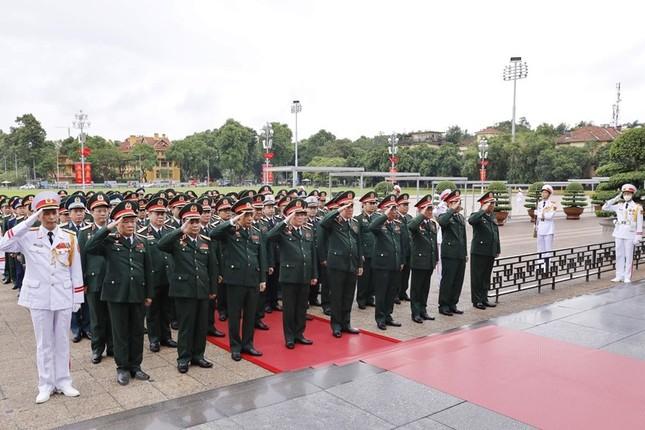 Đoàn đại biểu dự Đại hội Đảng bộ Quân đội vào Lăng viếng Bác ảnh 4