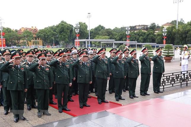 Đoàn đại biểu dự Đại hội Đảng bộ Quân đội vào Lăng viếng Bác ảnh 5