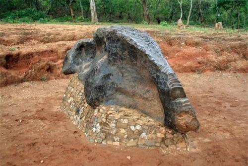 Thiên thạch phát hiện vào thập niên 1930, có chiều dài 3 mét và nặng 25 tấn được được người dân Tanzania tôn thờ nhưng một hòn đá thiêng có tên là?