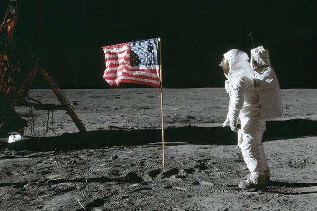 Con người đặt chân lên Mặt Trăng lần đầu tiên vào năm nào?