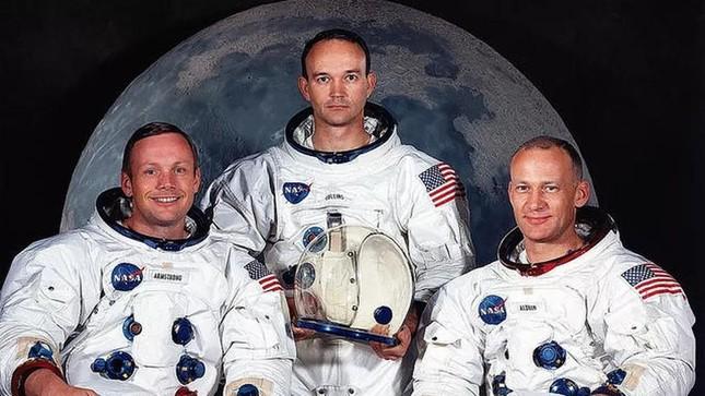 Phi hành đoàn hạ cánh thành công lên Mặt Trăng lần đầu tiên của người Mỹ gồm mấy phi hành gia?