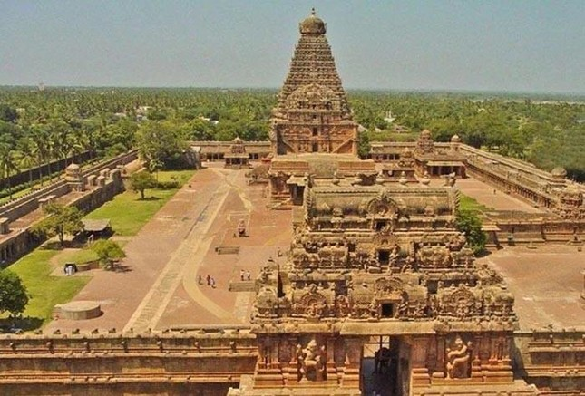 Đền thờ nào sau đây ở Ấn Độ được ghi nhận là ngôi đền đá granite đầu tiên trên thế giới?
