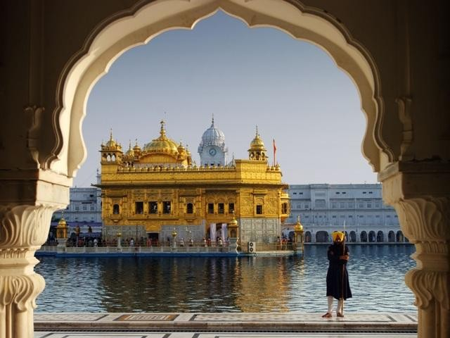 Nước trong hồ quanh đền còn được gọi là…?