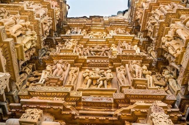 Quần thể đền Khajuraho nổi tiếng vì các hình trạm khắc đặc biệt nào?