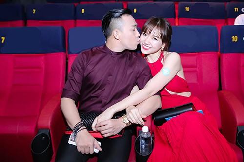 Những khoảnh khắc 'tình bể bình' của cặp đôi từng gây tranh cãi nhất showbiz Việt ảnh 2