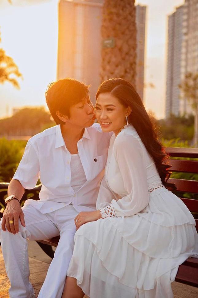 Diễn viên Lê Huỳnh dành lời khen có cánh cho bà xã kém 30 tuổi trên sóng truyền hình ảnh 2