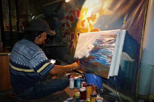 Mong muốn giản dị của họa sĩ nghèo bán tranh trên cầu Long Biên ảnh 2