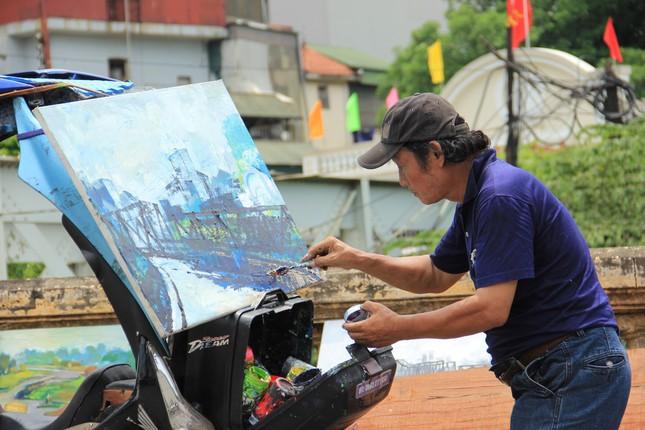 Mong muốn giản dị của họa sĩ nghèo bán tranh trên cầu Long Biên ảnh 3
