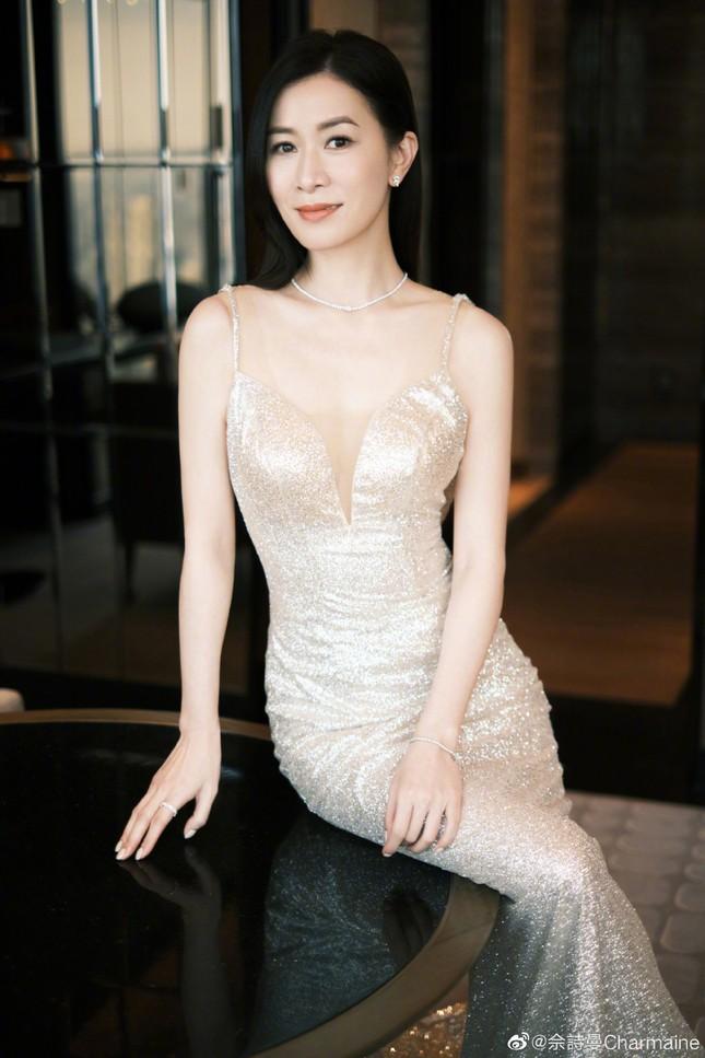 'Nhàn Phi' Xa Thi Mạn diện váy bó sát, lộ lưng trần quyến rũ khó tin ở tuổi 45 ảnh 4