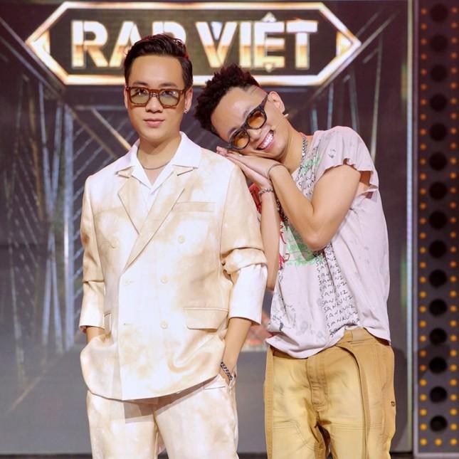 Những cử chỉ tình tứ của bộ đôi giám khảo Rap Việt khiến ai nấy đều 'đứng ngồi không yên' ảnh 4