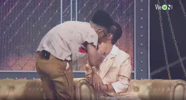Những cử chỉ tình tứ của bộ đôi giám khảo Rap Việt khiến ai nấy đều 'đứng ngồi không yên' ảnh 2