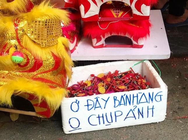 Nhiều chủ quán trên phố Hàng Mã bị xử lý vì treo biển thu tiền chụp ảnh ảnh 2