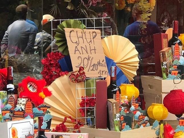 Nhiều chủ quán trên phố Hàng Mã bị xử lý vì treo biển thu tiền chụp ảnh ảnh 3