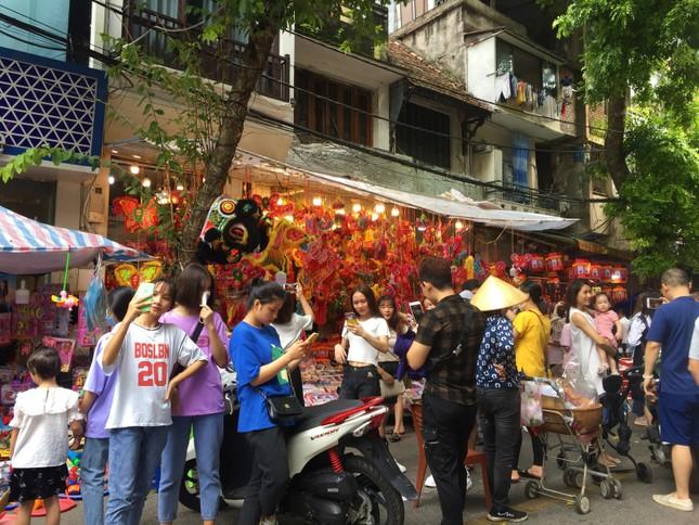 Nhiều chủ quán trên phố Hàng Mã bị xử lý vì treo biển thu tiền chụp ảnh ảnh 8
