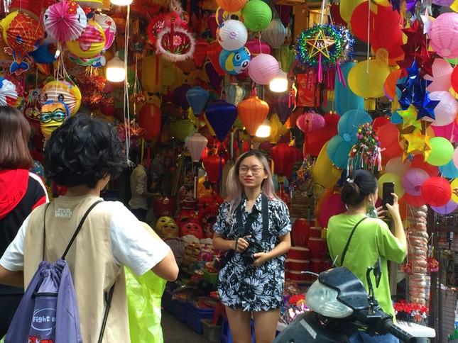 Nhiều chủ quán trên phố Hàng Mã bị xử lý vì treo biển thu tiền chụp ảnh ảnh 10