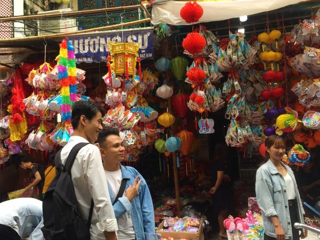 Nhiều chủ quán trên phố Hàng Mã bị xử lý vì treo biển thu tiền chụp ảnh ảnh 11