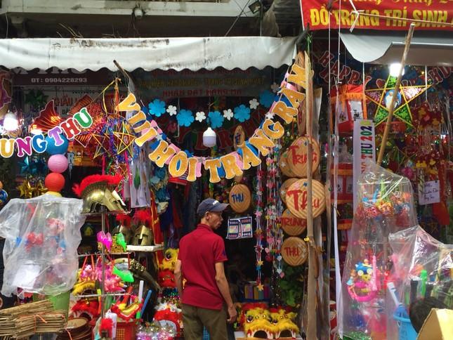 Nhiều chủ quán trên phố Hàng Mã bị xử lý vì treo biển thu tiền chụp ảnh ảnh 7